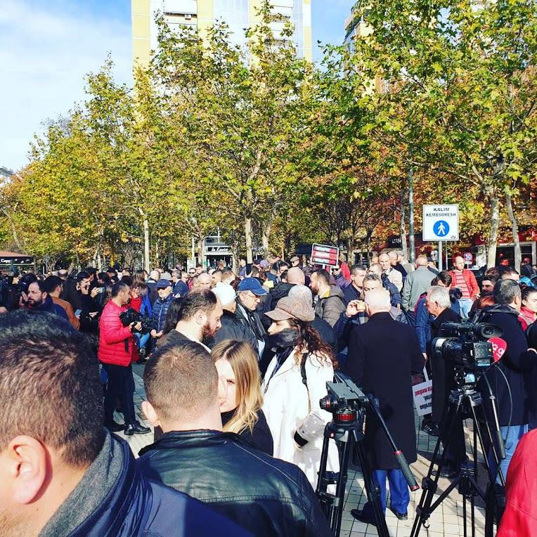 Protestë para Parlamentit për ligjin e ri për mediat online